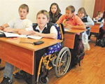1 08 1596325 1. освіти, особливими потребами, інклюзія, indoor, floor, person, wheelchair, group, people, family, table, conference room. A group of people sitting at a table