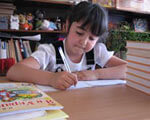 1 15 42381 2. индивидуальное обучение, person, book, classroom, clothing, library, table, dining table. A girl sitting on a table