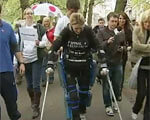 1 15 963255 1. клэр ломас, бионический костюм, person, footwear, bicycle, clothing, group, people, sports equipment. A group of people standing around each other