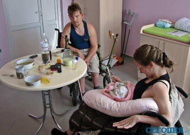 Паралізована жінка народила здорове немовля, але дівчинку хочуть відібрати та передати до притулку