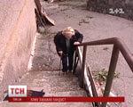 Жінка-інвалід не може вийти з дому, бо їй зрізали пандус через елітних сусідів (ВІДЕО) ПАНДУС