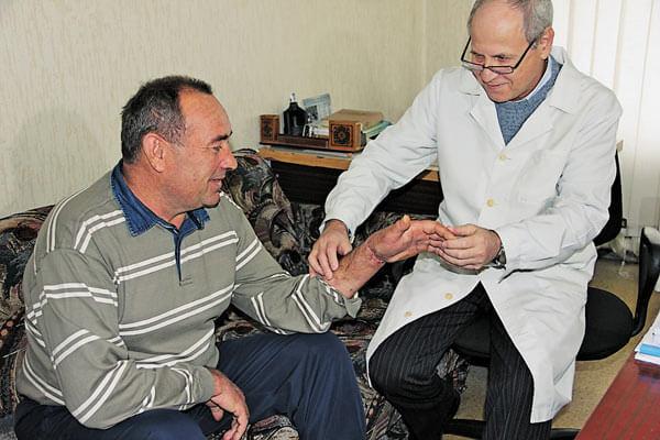 1 04 6 Likari--Mikola-Krasnopyorov-oglyadaye-pacienta 1
