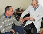 1 04 6 Likari--Mikola-Krasnopyorov-oglyadaye-pacienta 2. відновлення, кисті, мікрохірургії, операції