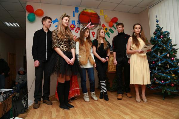 В день Святого Николая Денис Дзензерский подарил детям с ограниченными возможностями театрализованное представление. детей