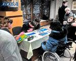 Брали пензель в руки та створювали картини діти-інваліди, щоб встановити пандус в Тернополі ПАНДУС ІНВАЛІДНИХ ВІЗКАХ
