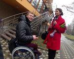 У нічому клубі, ресторані, чи у музеї? Де більше усього не «раді» людині в інвалідному візку? Експеримент «Абзацу!» (ВІДЕО) ІНВАЛІДНОМУ ВІЗКУ