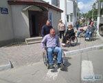1 10 4 84589-chinovniki-balty-radi-eksperimenta-seli-v-invalidnye-kolyaski-big 1 2. инвалидов