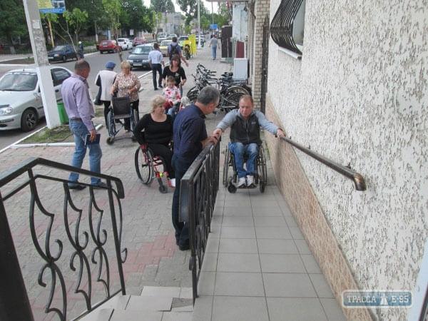 1 10 4 84588-chinovniki-balty-radi-eksperimenta-seli-v-invalidnye-kolyaski-big 4