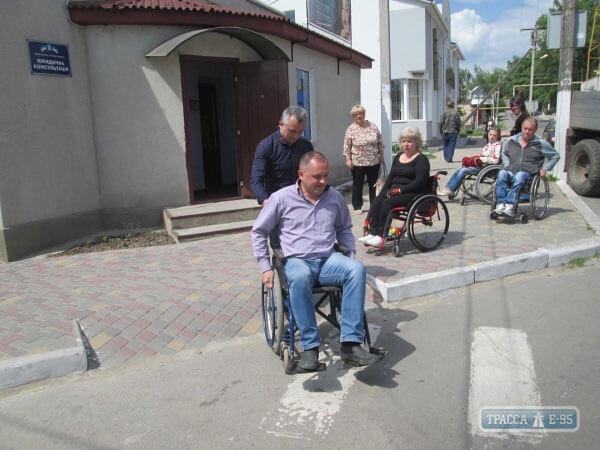 1 10 4 84589-chinovniki-balty-radi-eksperimenta-seli-v-invalidnye-kolyaski-big 1