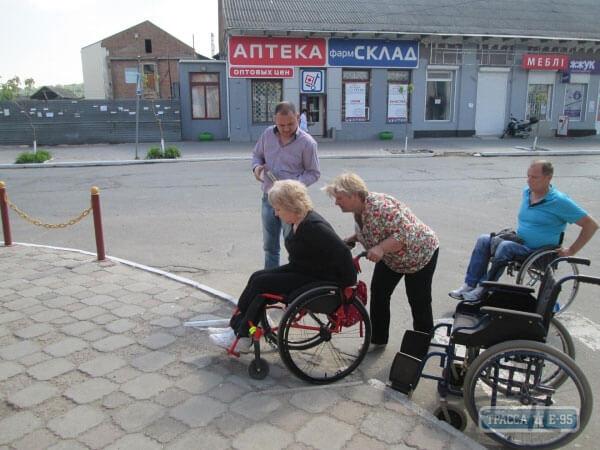 1 10 4 84586-chinovniki-balty-radi-eksperimenta-seli-v-invalidnye-kolyaski-big 2