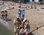 Мариупольские спасатели обеспечивали безопасность и оказывали помощь в купании людям с инвалидностью (ФОТО)