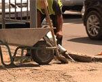 Франківські комунальники почали облаштовувати на тротуарах спеціальні пандуси для інвалідів (ВІДЕО)