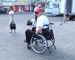 Небезпечні поїздки або які бар'єри для руху людей з обмеженими можливостями є у Хмельницькому (ВІДЕО) ЛЮДЕЙ