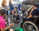В Мариуполе люди на инвалидных колясках перегородили пешеходный переход (ФОТО)