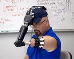 Американскому инвалиду установили управляемый разумом протез руки (ВИДЕО)