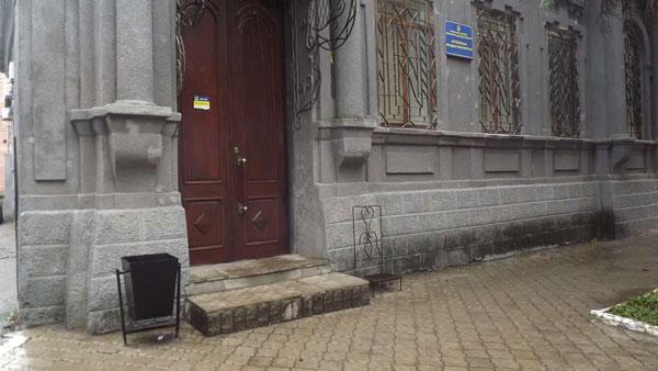 1 03 1 vhod v prokuraturu ne drstupen dlya cheloveka na kolyaske 6