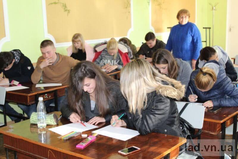 Студенти Ладижинського коледжу ВНАУ зобразили своє бачення людей з особливими потребами у малюнках (ВІДЕО, ФОТО)