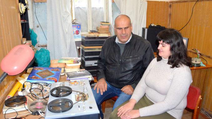 Незрячий переселенець з Донбасу дарує старим книгам нове життя