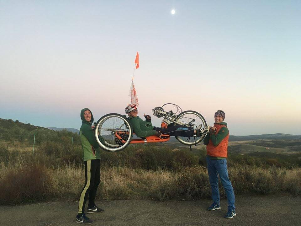 20-річний львів'янин, хворий на ДЦП, велосипедом дістався Лісабона. мрії, sky, grass, outdoor, bicycle wheel, wheel, sports equipment, bike, land vehicle, vehicle, pulling. A man flying a kite on a bicycle