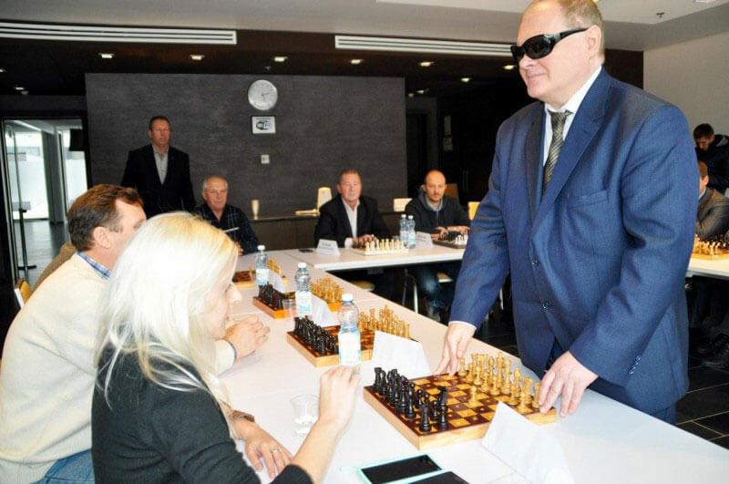 На НСК «Олімпійський» відбувся сеанс одночасної гри чемпіона світу з шахів серед сліпих (ФОТО)