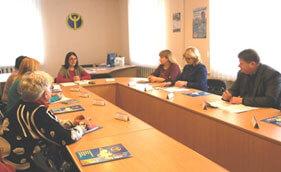 У Кропивницькому обговорювали проблемні питання зайнятості інвалідів. інвалідністю, інвалідів, indoor, person, wall, clothing, desk, woman, computer, office building, working, classroom. A group of people sitting at a table