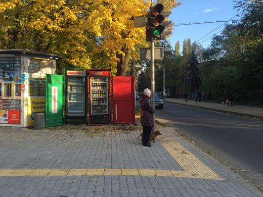 Спеціальний тротуар для слабозорих людей облаштовують на вул. Терешкової в Одесі (ФОТО)