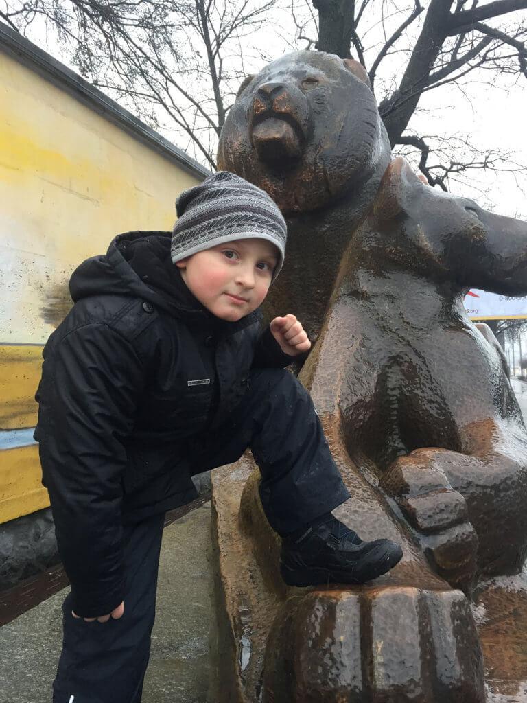 Хочу отдать ребенка в обычный класс с 15 учениками и общеобразовательной программой. детей, outdoor, person, human face, clothing, toddler, jacket, boy, sculpture, smile, statue. A statue of a person