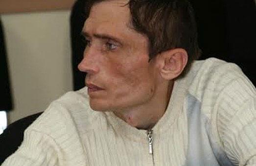 Роман Вовк: «І це дуже велика проблема – змусити людей з інвалідністю захищати власні права». інвалідністю, person, wall, man, indoor, human face, clothing, shirt, older. A man looking at the camera