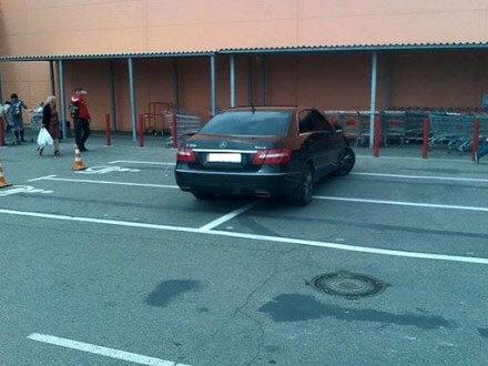 Кабмін схвалив законопроект про збільшення штрафів для водіїв за паркування на місцях осіб з інвалідністю