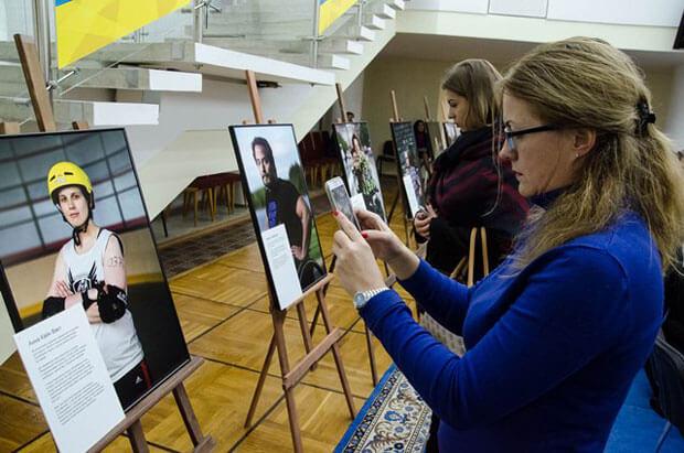 На Дніпропетровщині відкрилася виставка про життєві перемоги особливих людей. рівнодоступність, особливих людей, person, indoor, art, woman, design, academic, clothing. A woman sitting at a table