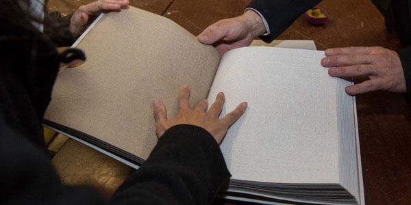 Незрячі українці просять владу побачити їх. незрячих, реабілітації, сліпих, інвалідів, person, indoor, hand, computer, feet, laptop, handwriting, office supplies. A person sitting on a table