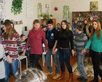 Інклюзивна освіта: чи готові до цього педагоги Хмельниччини?. обмеженими можливостями, інклюзивної освіти, person, clothing, indoor, family, smile, floor, woman, group, human face, jeans. A group of people standing in a room
