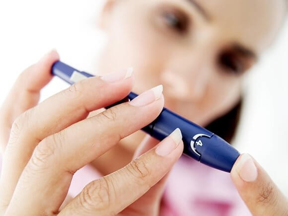 Цукровий діабет – хвороба яка вражає мільйони. цукровий діабет, person, holding, hand, nail, cosmetics, finger, pen, office supplies, watch, cosmetic. A hand holding a remote control