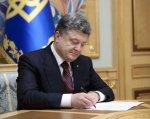 Порошенко підписав закон про звільнення від військової служби в особливий період батьків дітей-інвалідів. військової служби, person, suit, clothing, human face, indoor, tie, man. Petro Poroshenko sitting at a table