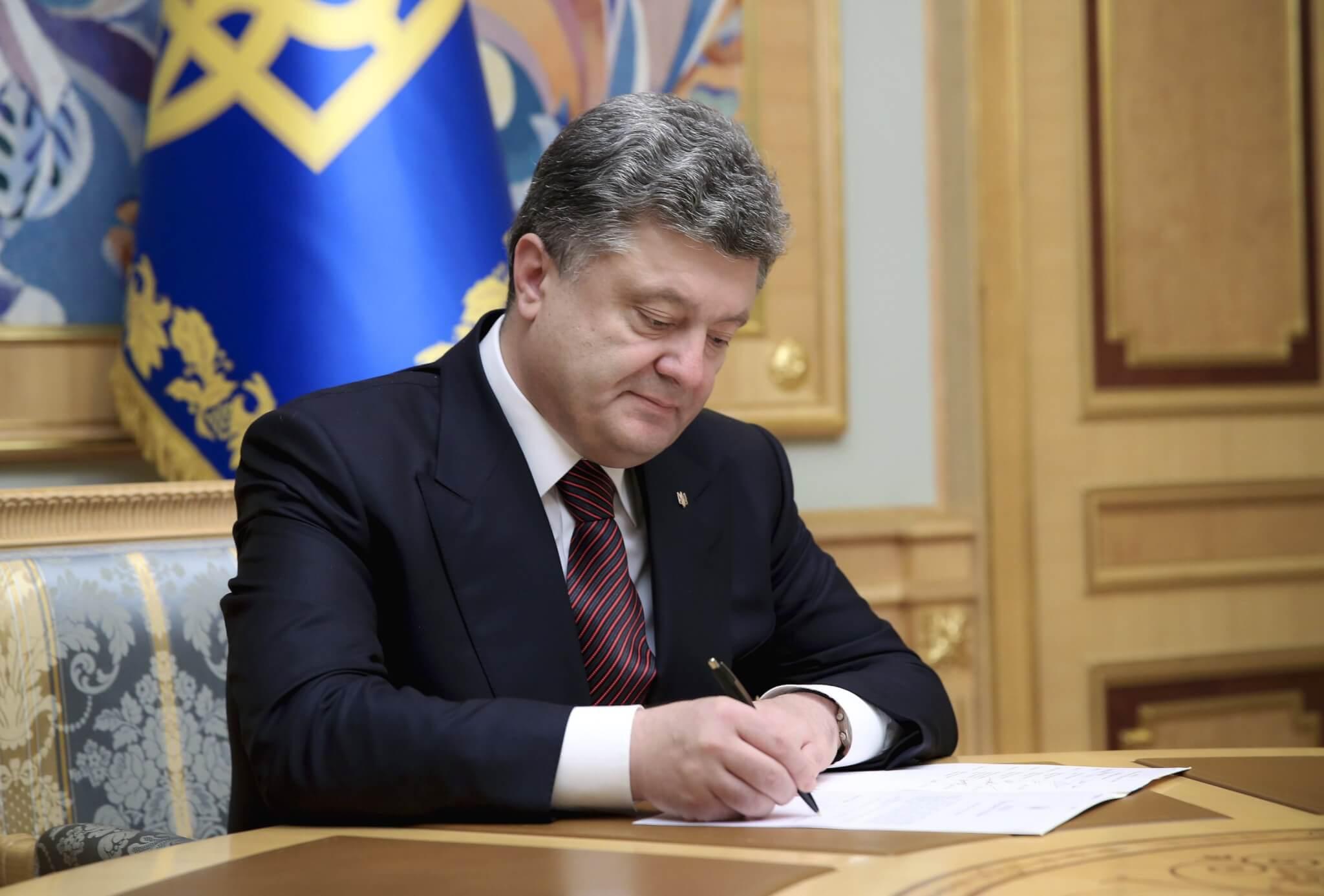 Порошенко підписав закон про звільнення від військової служби в особливий період батьків дітей-інвалідів
