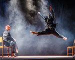 Борис Філатов: У Дніпрі стартує українсько-британський проект підтримки артистів з інвалідністю. candoco dance company, особливими потребами, інвалідністю, інвалідів, person, screenshot. A person doing a trick on a stage