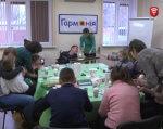 Дітям, від яких відмовились батьки лікують душі (ВІДЕО). вінниця, реабілітаційний центр «гармонія», інвалід, person, sitting, indoor, group, people, table, clothing, woman, man, room. A group of people sitting at a table
