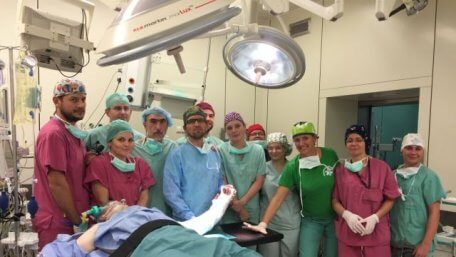 Польські хірурги вперше у світі пересадили кисть народженій без рук людині (ВІДЕО). польща, операція, пересадка кисті, person, indoor, clothing, smile, hospital room, medical equipment, woman, group, human face, room. A group of people standing in a room