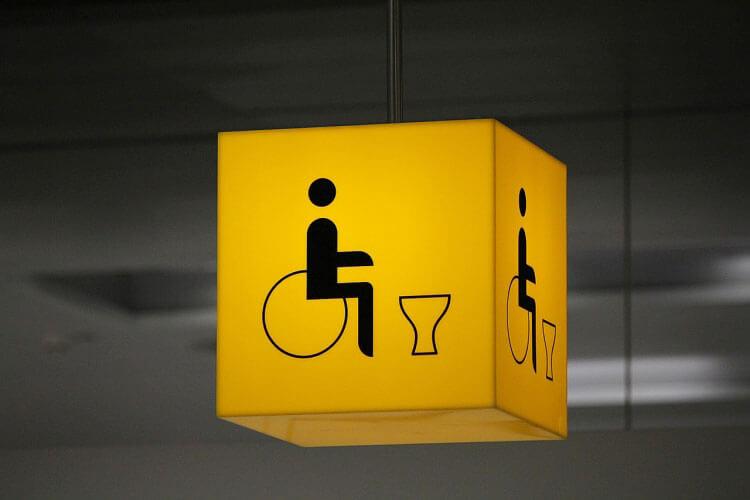 В Google Maps появилась информация о доступности заведений для инвалидов. google maps, доступность, инвалид, ограниченными возможностями, yellow, post-it note, handwriting, design, light. A yellow light in front of a sign