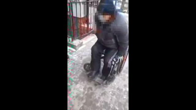 """В Івано-Франківську патрульні знову """"сотворили диво"""" (ВІДЕО). івано-франківськ, прикарпаття, дурисвітство, злуда, облуда, омана, ошукання, ошуканство, патрульна поліція україни, поліція, правоохоронні органи україни, інвалід без ноги, snow, person, footwear, clothing, screenshot, snowboarding"""
