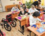 """""""У Гарварді один студент з ложки годує іншого"""" – експерт про нововведення для дітей-інвалідів. віктор громовий, діти-інваліди, особливими потребами, інвалідність, інклюзивна освіта, інклюзія, indoor, floor, child, person, table, clothing, toddler, little, child art, group. A group of people sitting at a table"""
