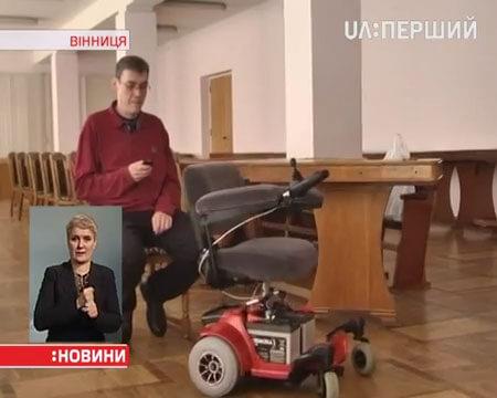 Вінницькі кібернетики розробили інвалідний візок з інтелектом (ВІДЕО). автопілот, вінницькі розробники, контролер, інвалідний візок, floor, person, clothing, human face, man. A man standing in a room