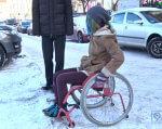 Взимку на інвалідному візку пересуватися Дніпром неможливо (ВІДЕО). инвалидов, outdoor, car, bicycle, wheel, person, land vehicle, vehicle, tire, bicycle wheel, parked. A bicycle is parked next to a car