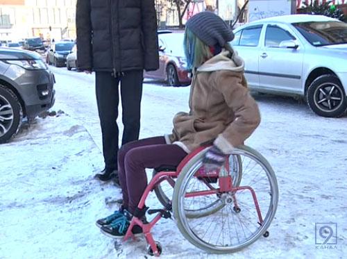 Взимку на інвалідному візку пересуватися Дніпром неможливо (ВІДЕО)