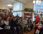 У Запорізькій обласній бібліотеці для юнацтва боролися зі стереотипами та говорили про доброту і милосердя під час ток-шоу «Рівні серед рівних». запоріжжя, особливими потребами, параолімпійці, ток-шоу «рівні серед рівних», фізичні вади, indoor, clothing, person, man, smile, human face, furniture, room, woman, people. A group of people in a room