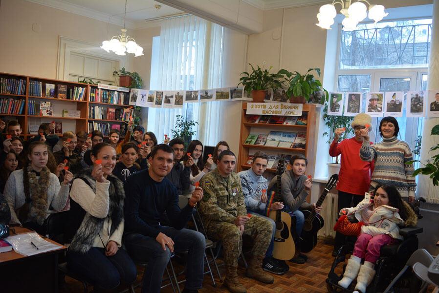 У Запорізькій обласній бібліотеці для юнацтва боролися зі стереотипами та говорили про доброту і милосердя під час ток-шоу «Рівні серед рівних»