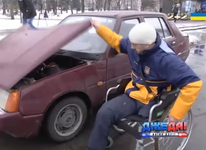 Скільки людей у Києві зупиняться, аби простягти руку помочі інваліду на дорозі (ВІДЕО)