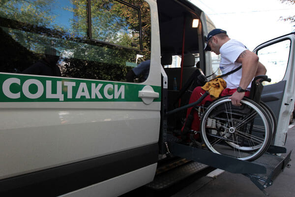 В Запорожье хотят создать социальное такси. запорожье, инвалид, инвалидность, петиция, социальное такси, outdoor, land vehicle, vehicle, person, man, wheel, transport, bicycle, auto part, car. A man riding on the back of a bicycle