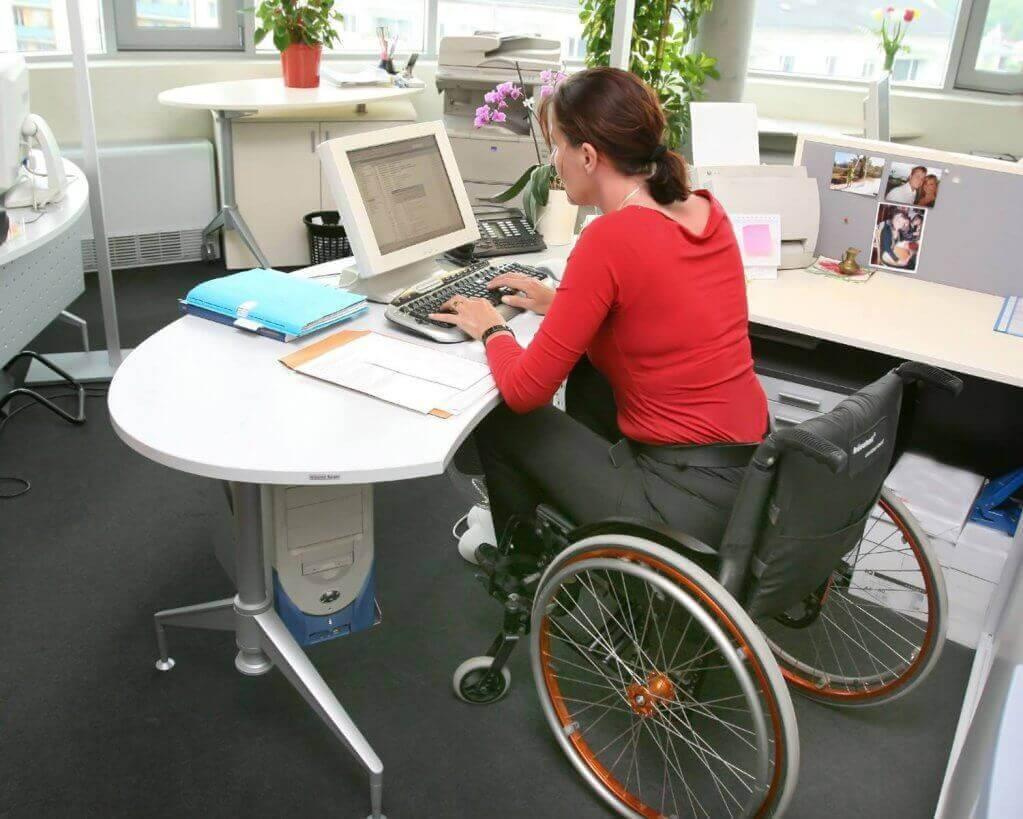 Понад 100 громадян з інвалідністю пройшли професійне навчання за професіям, актуальними на ринку праці. кіровоградський оцз, люди з інвалідністю, працевлаштування, професійне навчання, person, floor, indoor, computer, desk. A person sitting at a table in front of a computer