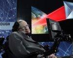 Второе тело Хокинга: как ученый общается с миром. стивен хокинг, боковой амиотрофический склероз, гений, паралич, физик-теоретик, person, clothing, man. A person sitting in a chair